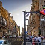 Vacanzieri a passeggio lungo la Gran Via di Madrid