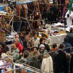 Tra le bancarelle nel mercato El Rastro di Madrid
