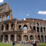 Turisti incantanti di fronte al Colosseo, il monumento più famoso al Mondo