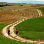 Turisti sulle tracce della Via Francigena toscana