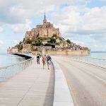 Mont Saint Michel su un isolotto roccioso circondato da una magnifica baia