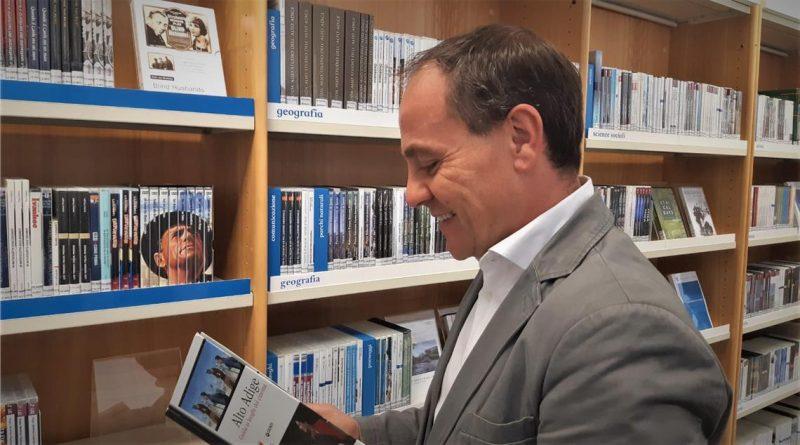 """L'assessore Giuliano Vettorato valuta molto positivamente il trend registrato nel 2020 da """"Biblioweb"""", il sistema delle biblioteche italiane online della provincia di Bolzano (Foto:ASP/Thomas Laconi)"""
